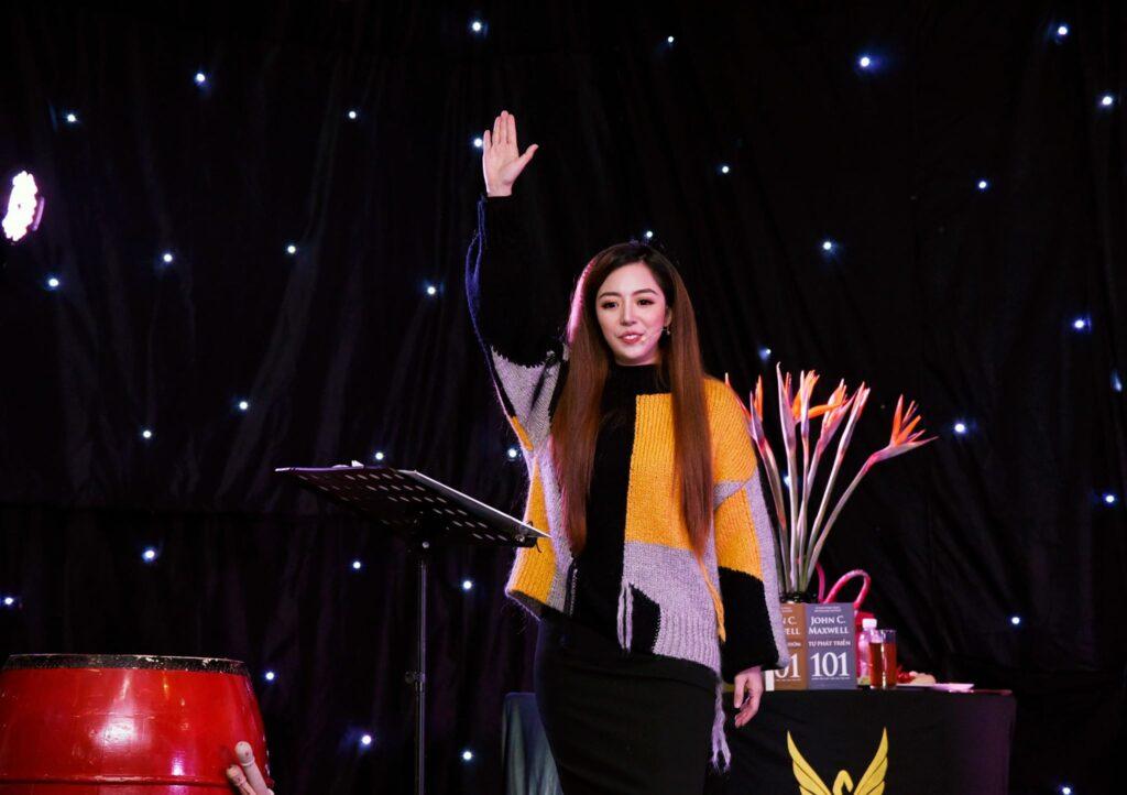 Diễn giả Đào Minh Châu tại sự kiện Nữ Hoàng Sân Khấu