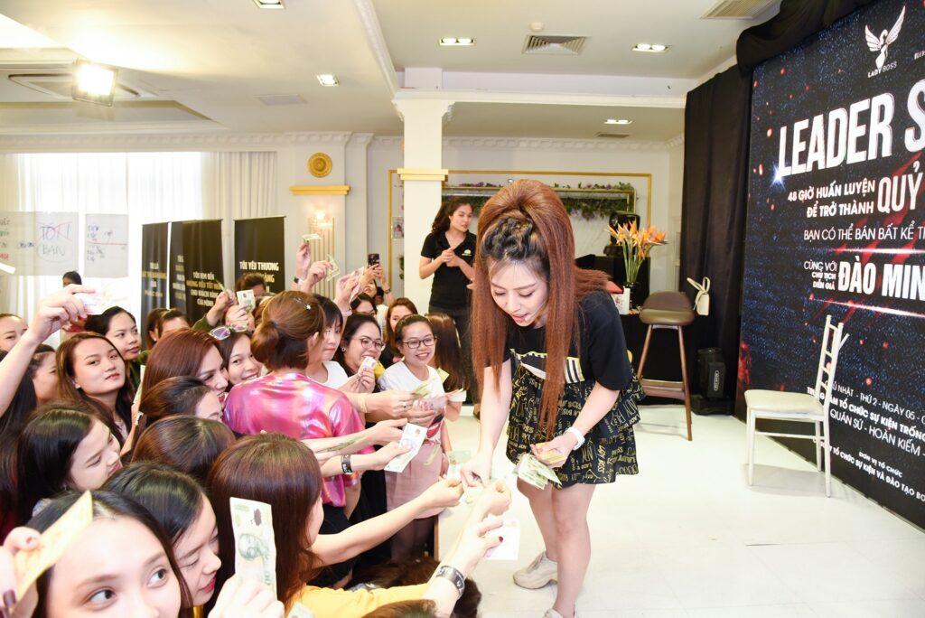 Diễn giả Đào minh Châu bán hàng tại sự kiện Leader Sales 4