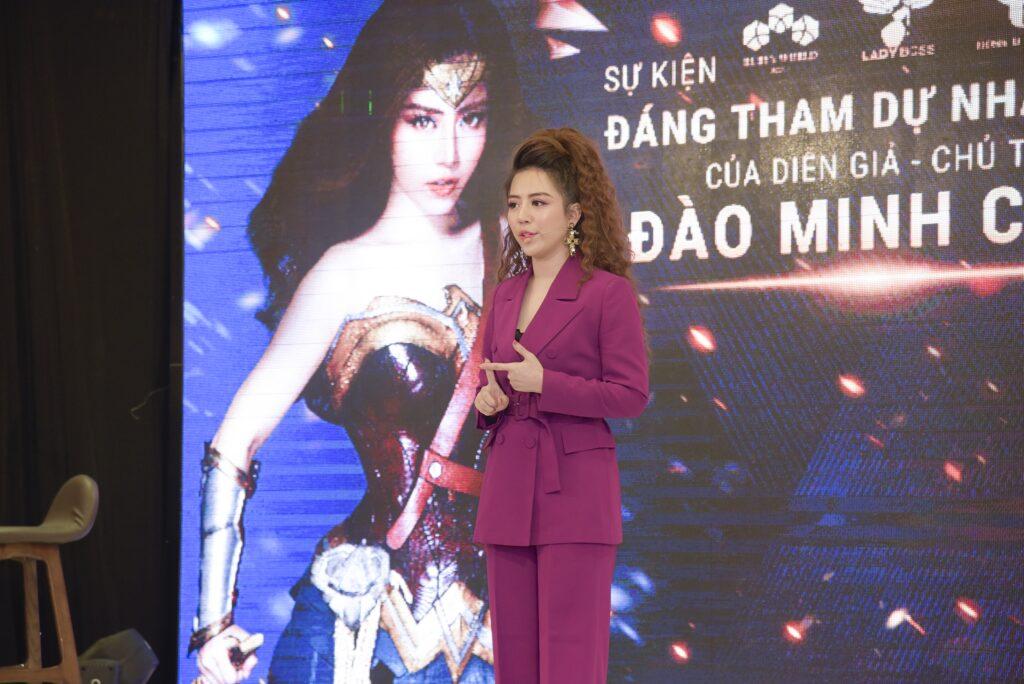 Diễn giả Đào Minh Châu trên sân khấu sự kiện Xứng tầm Thủ lĩnh 3