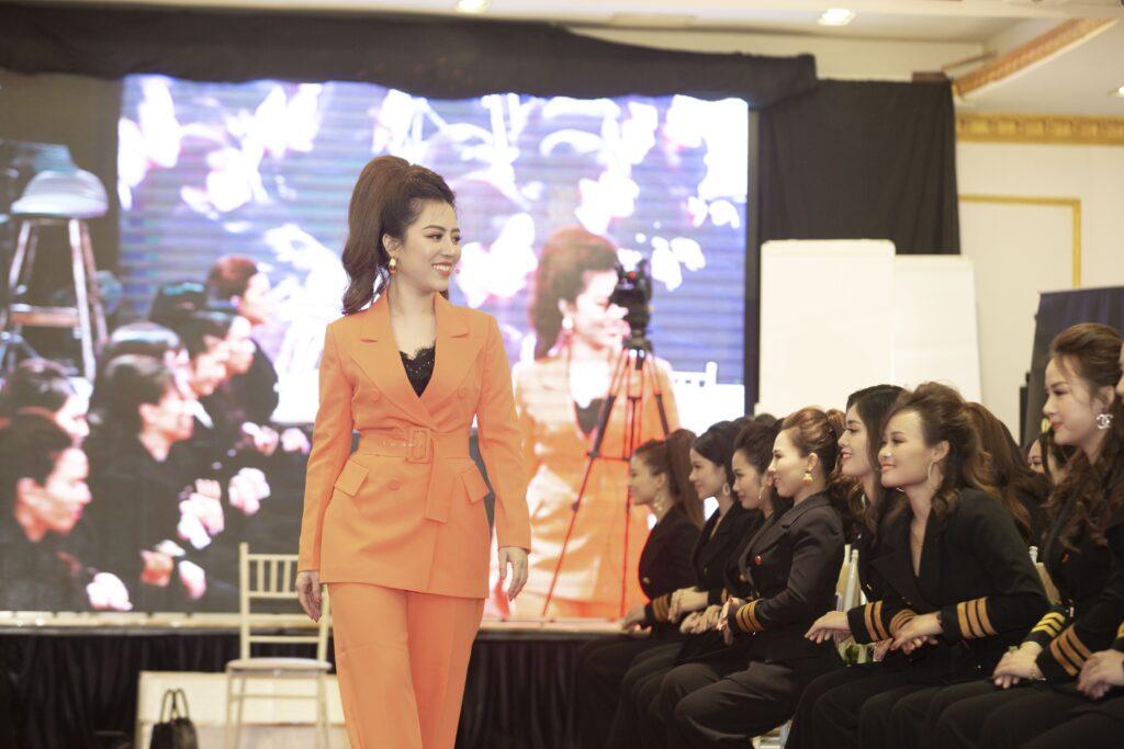 Diễn giả Đào Minh Châu trực tiếp coaching cho các học viên tại Xứng tầm thủ lĩnh 3