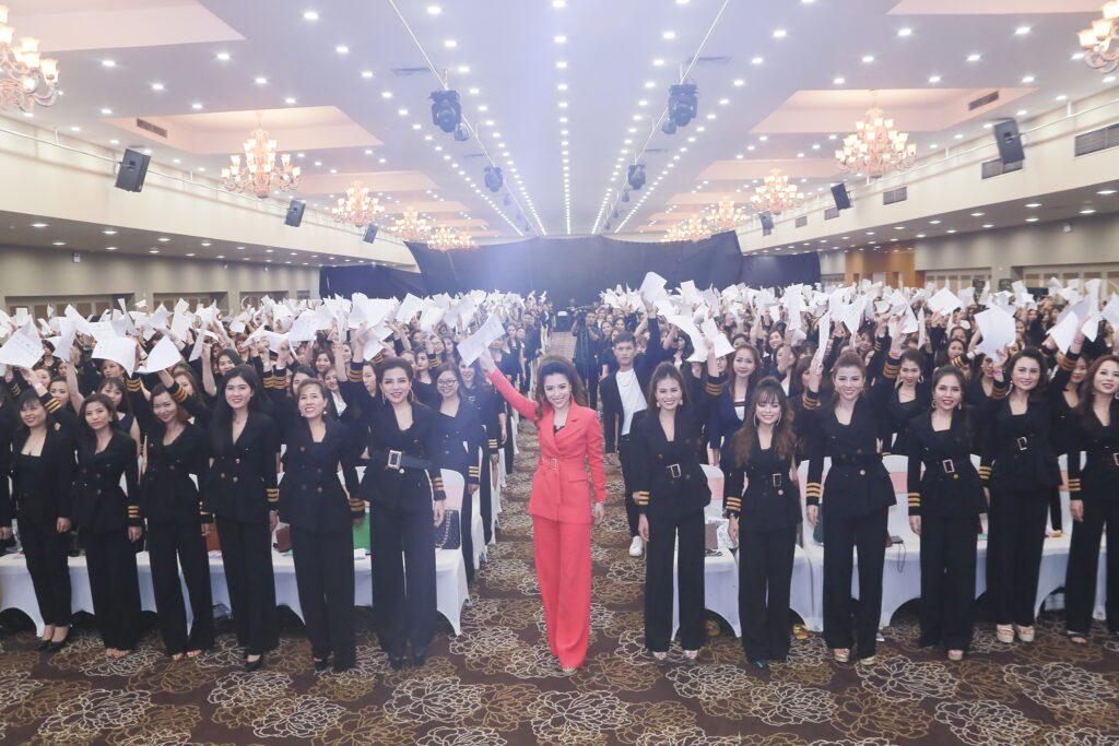 Diễn giả Đào Minh Châu và các thành viên trong hệ thống