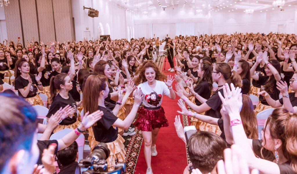 """Nữ hoàng sân khấu Đào Minh Châu bùng nổ với các chương trình đào tạo """"Tin để thành công"""" trước đó"""