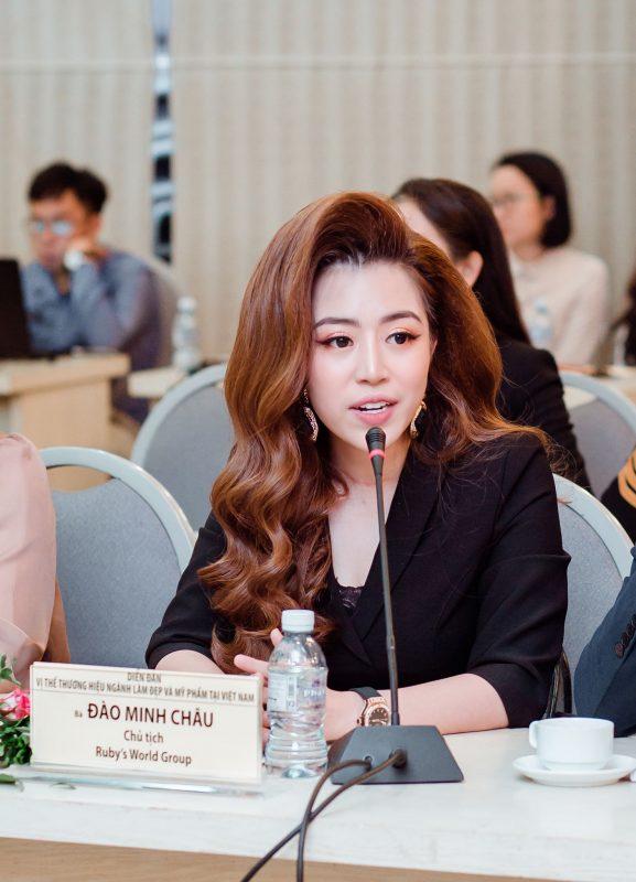 Bà Đào Minh Châu - chủ tịch tập đoàn Ruby's World phát biểu tại diễn đàn về ngành làm đẹp và mỹ phẩm