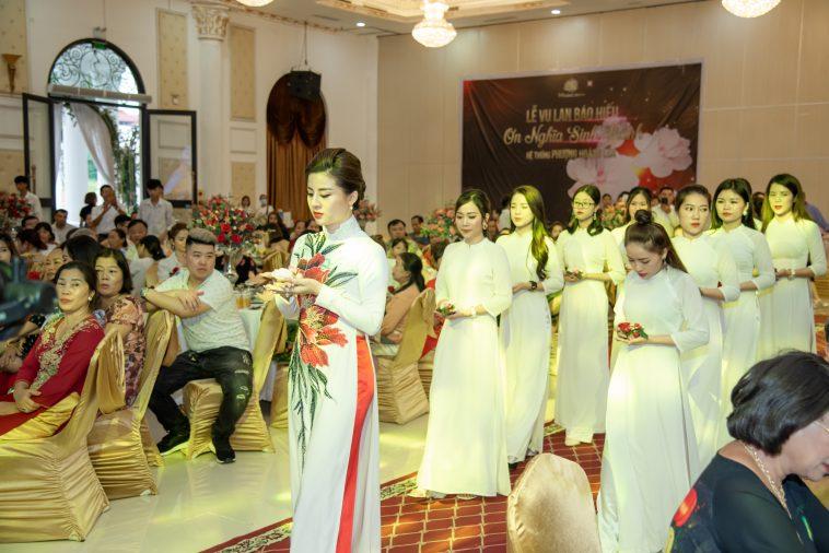 Phương Lê trong nghi thức dâng hoa thành kính tại lễ Vu lan