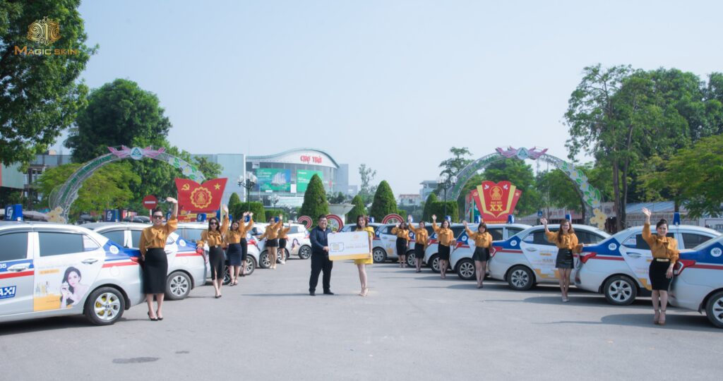 Ông Trần Sỹ Hồng giám đốc Marketing Magic skin trao siêu sim cho CEO Phương Lê