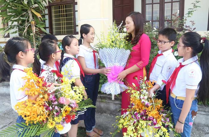 Hoa là món quà quen thuộc để tri ân thầy cô