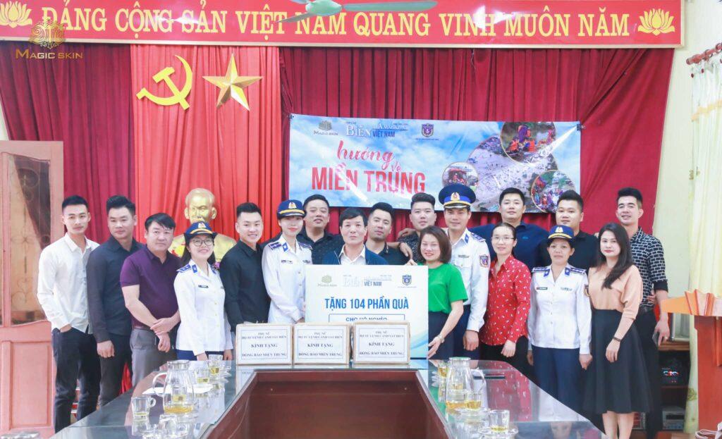 Tập đoàn Ruby's World cùng các bên trao tặng 104 phần quà cho bà con Hà Tĩnh trong chương trình Hướng về miền Trung
