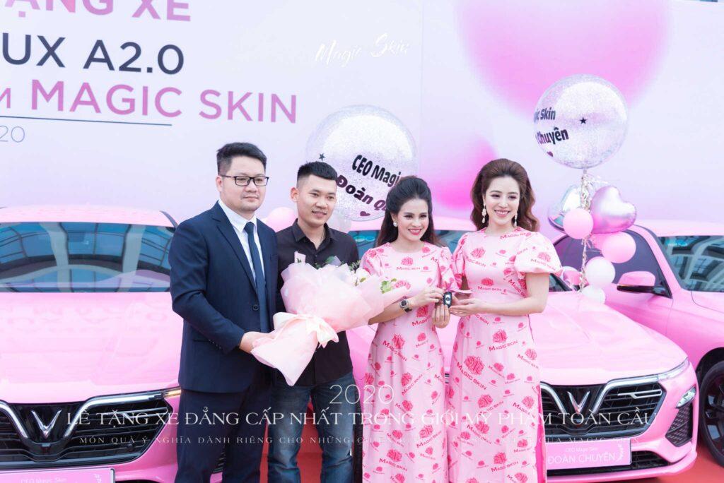 Chủ tịch Đào Minh Châu trao tặng xe cho CEO Đoàn Chuyên