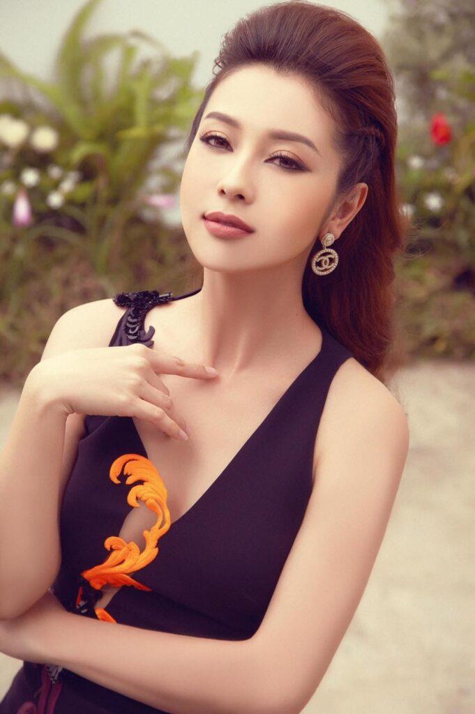 """Hoa hậu Jennifer Phạm với vẻ đẹp """"hớp hồn"""" giới truyền thông"""