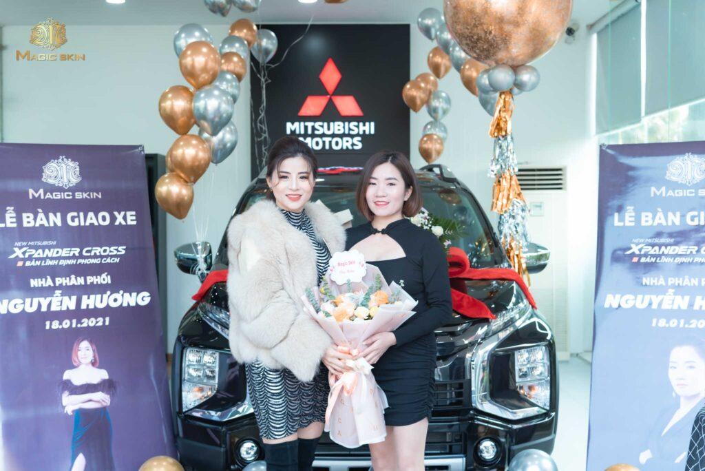 Million CEO Phương Lê chúc mừng NPP Nguyễn Thị Hương nhận xe