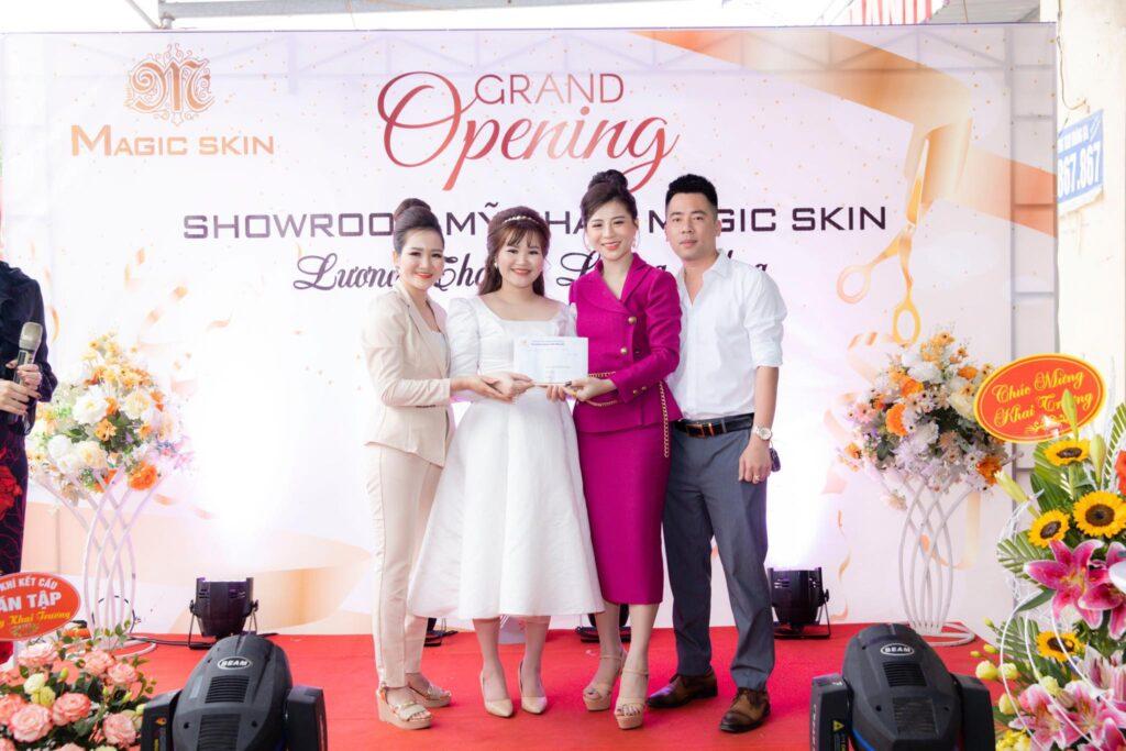 Million CEO Phương Lê cùng Giám đốc đối ngoại HT Phượng Hoàng Lửa đến chúc mừng