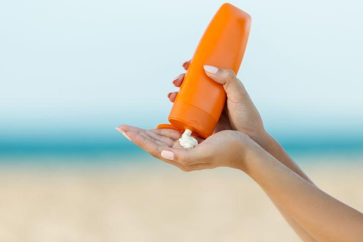 Đừng quên thoa kem chống nắng vùng mắt và vùng cổ. Đây là các vùng da mỏng nên rất dễ bắt nắng, thế nên không được phép quên bảo vệ.