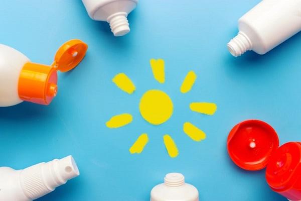 Kem chống nắng vật lý là loại kem chống nắng vô cơ. Thường gồm các thành phần titanium dioxide và zinc oxide. Trong đó, Titanium dioxide là thành phần có tác dụng chính, tạo nên một lớp kem màu trắng trên da.