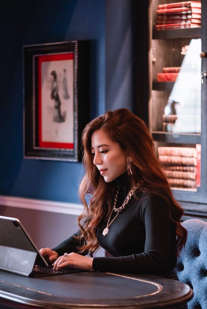 Việc kinh doanh online là công việc đang được ưu chuộng nhất hiện nay.